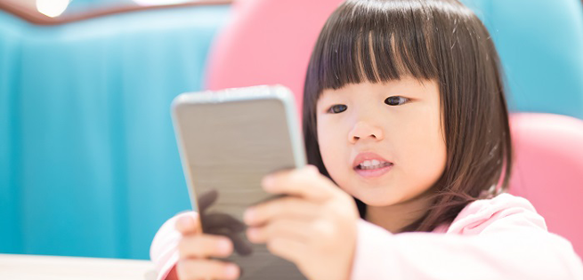 kid-toying-with-smartphone-credit-Kobizmedia-655.png